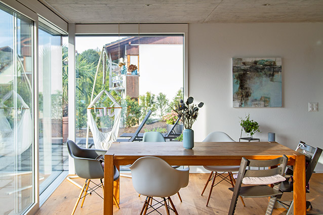 Helles Wohnzimmer dank Vollverglasung – Neubau Einfamilienhaus in Oberdorf