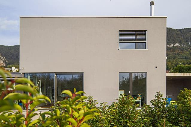 Fassade mit klarer Linie – Neubau EFH in Oberdorf