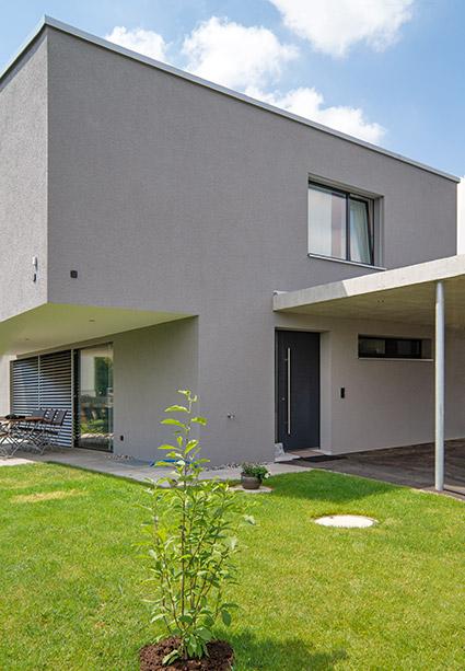 Eckansicht Fassade und Rasen des EFH-Neubaus in Subingen