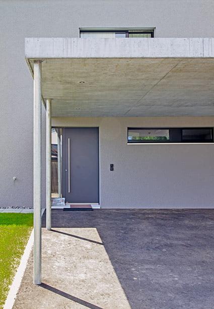 Hauseingang und Garageneinfahrt, Einfamilenhaus-Neubau in Subingen