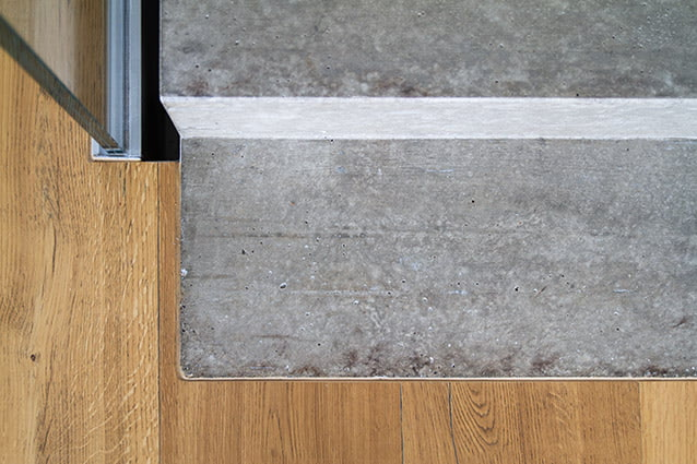 Sichtbeton-Treppe und Parkettboden im EFH-Neubau Subingen